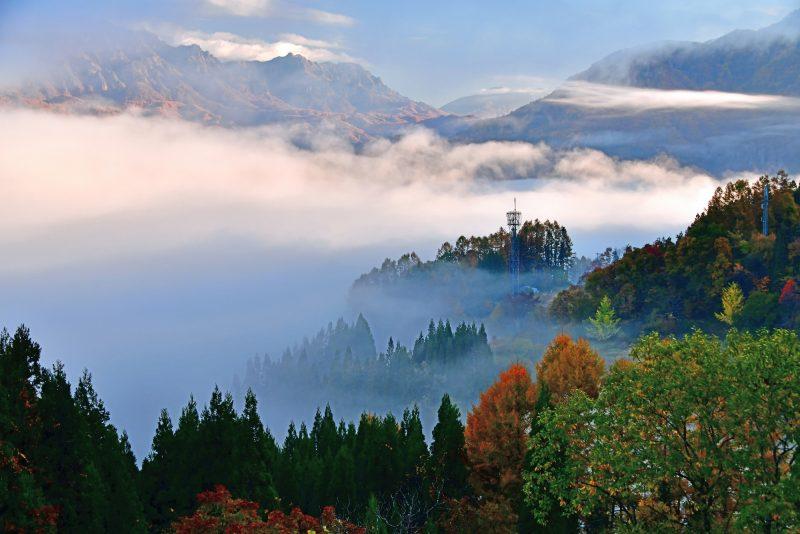フォトコンテスト:霧覆う山里の夜明け